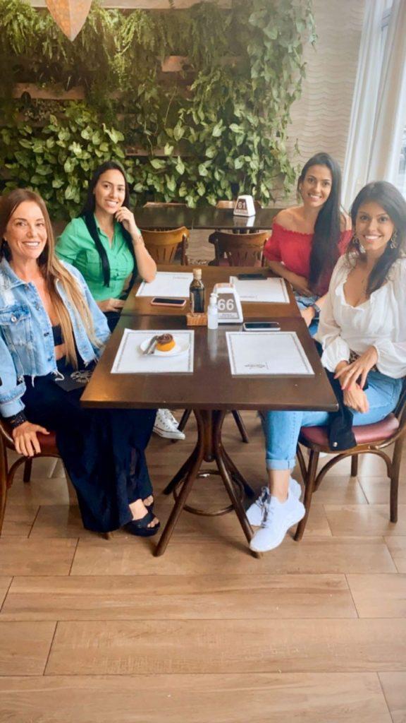 As amigas Vanusa Dorta, Jessica Cardozo, Bruna Freire e Jessica Buraneli curtindo um fim de tarde no Café Marrocos em Águas de Lindóia