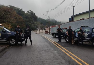 Adolescente e homem são presos por tráfico em Lindoia