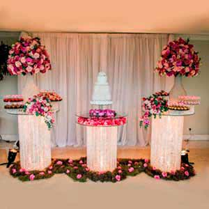 Mesa de cristal com 3 colunas -locação de peças decorativas