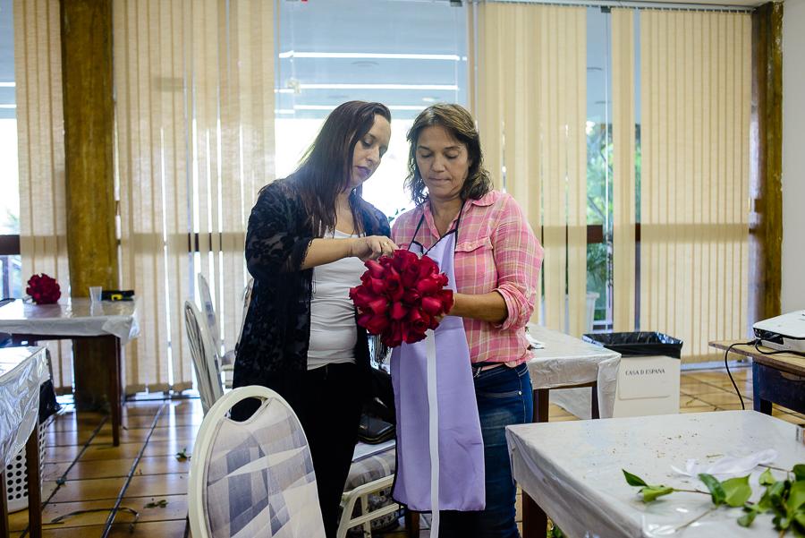 Alunos do curso de arranjos florais ensinados e produzidos em aula do Técnico Profissionalizante em Arte Floral para Decoradores de Eventos