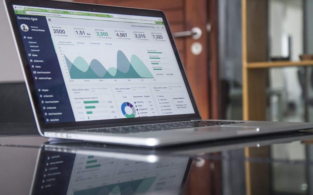 Computador mostrando uma página de gráficos com resultados positivos de técnicas de seo